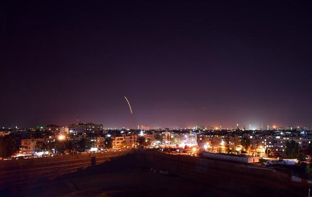 Tên lửa sáng trên bầu trời Syria (Ảnh: Al Arabiya English)