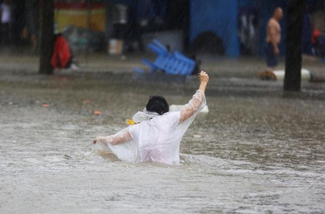 Chính quyền Quảng Đông và Hải Nam đã dừng tất cả các dịch vụ giao thông công cộng như tàu cao tốc sau khi bão Mangkhut đổ bộ. Hơn 29.000 công trình xây dựng tạm thời dừng hoạt động và 640 điểm du lịch buộc phải đóng cửa. (Ảnh: Reuters)
