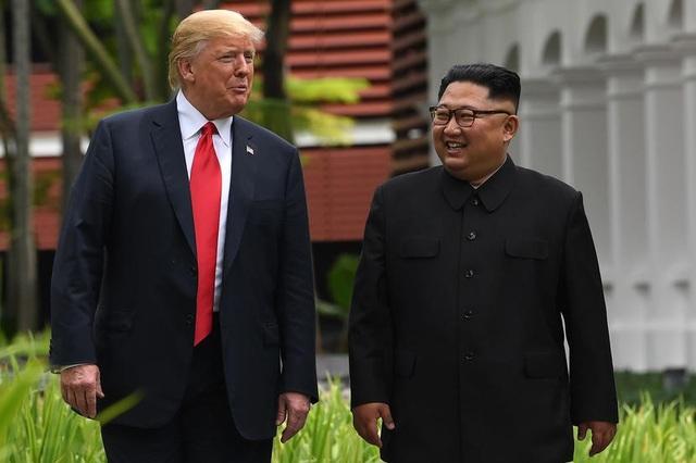 Tổng thống Donald Trump và nhà lãnh đạo Kim Jong-un gặp mặt tại Singapore hồi tháng 6 (Ảnh: Reuters)