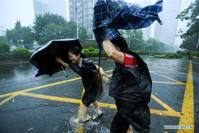 """Cơ quan Khí tượng Trung Quốc sáng nay cho biết lượng mưa do bão Mangkhut, hay còn gọi là """"vua bão"""", gây ra ước tính từ 100-160ml. Siêu bão Mangkhut cũng là cơn bão mạnh nhất hành tinh từ đầu năm tới nay. (Ảnh: Xinhua)"""