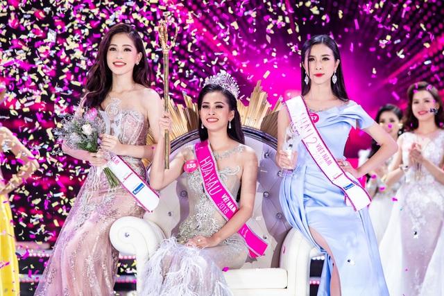 Giây phút đăng quang của Hoa hậu Trần Tiểu Vy và hai Á hậu.