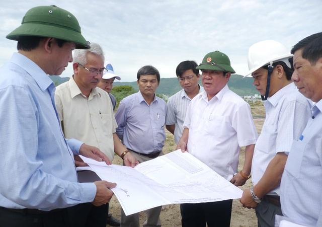 Bí thư Tỉnh ủy Bình Định Nguyễn Thanh Tùng (thứ 3 từ phải qua) yêu cầu nạo vét một phần đất đá đã đổ xuống biển Quy Nhơn để xây dựng cáp treo trước đó nhưng không được thực hiện.