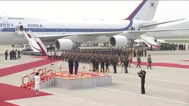 Lãnh đạo Hàn - Triều ngồi chung xe mui trần tới nơi họp thượng đỉnh - 5