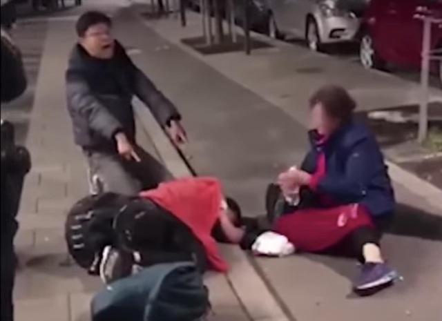 Cả 3 nằm lăn lộn trên mặt đất nhưng không được để ý