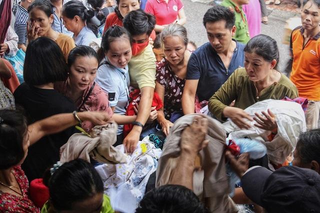 Mọi người tâp trung đông đúc, đến lấy quần áo vì toàn bộ tư trang đã bị thiêu rụi từ đêm qua