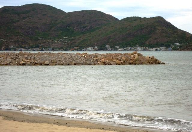Hàng triệu khối đất, đá (sà bần) được đổ xuống biển Quy Nhơn để làm du lịch nhưng không được triển khai.