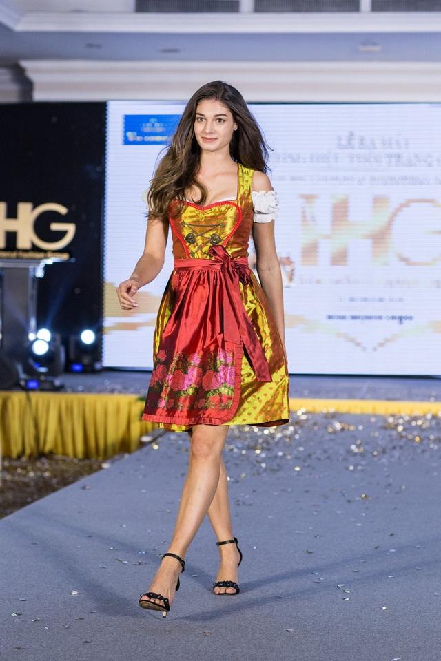 Hoa hậu Áo khoe trang phục truyền thống - 8