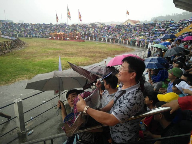 Sau đó trời bất ngờ đổ mưa lớn nhưng khán giả không ai muốn rời sân.