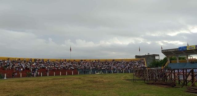 Nhiều người đến sân từ 6h sáng để có chỗ ngồi tốt