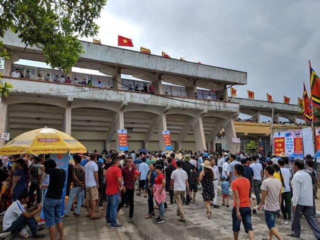 Đến 8h, sân vận động không còn chỗ trống khiến Ban tổ chức buộc phải đóng tất cả các cửa vào sân. Nhiều người đến muộn phải đứng ngoài.