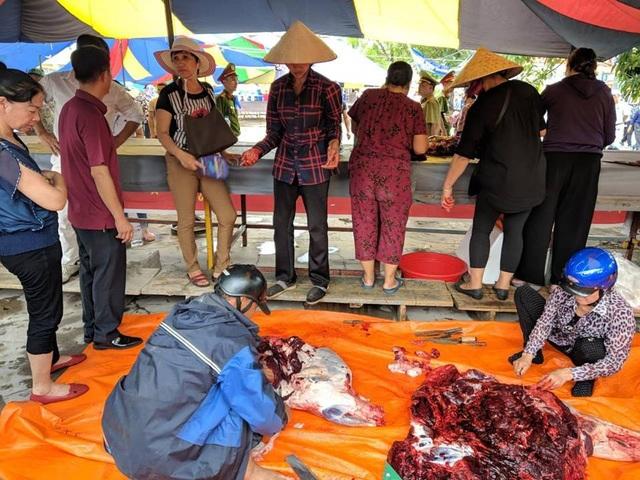Những hình ảnh phản cảm, nhếch nhác tại phía ngoài sân khi trận đấu giữa các trâu vừa mới diễn ra vài kháp thì trâu đã được giết mổ