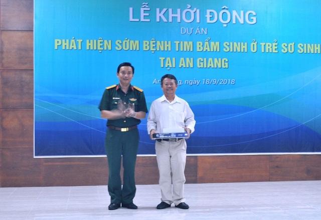 Ông Nguyễn Ngọc Hùng – Giám đốc Viettel An Giang trao gói thiết bị cho Trung tâm y tế huyện Tịnh Biên