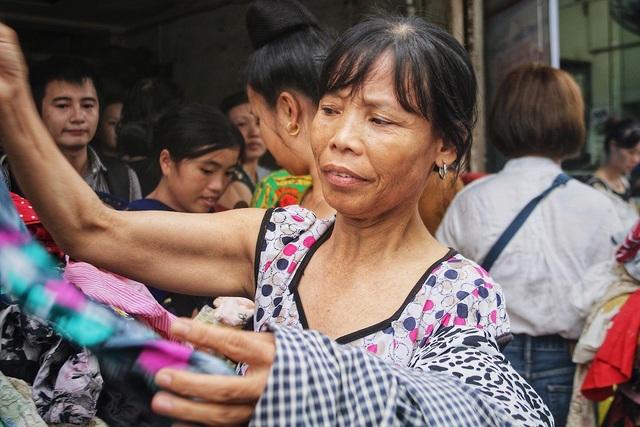 Một người nhà bệnh nhân lựa chọn quần áo từ thiện. Sau đám cháy tối 17/9, hầu hết tài sản của họ đã bị thiêu rụi hoàn toàn.