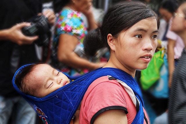 Chị Ma Thị Phi (Lào Cai) cùng đứa con nhỏ mắc bệnh không hậu môn cả ngày nay đi lang thang quanh cổng bệnh viện tìm nơi ăn chốn ở. Toàn bộ gia tài ít ỏi của chị đã bị thiêu rụi thành tro trong đám cháy