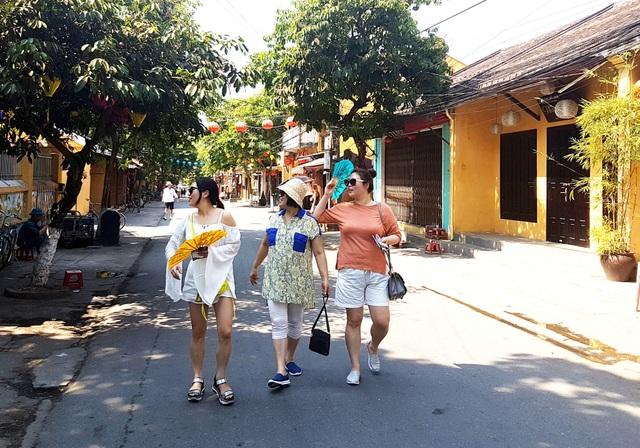 Quảng Nam tiến tới phát triển du lịch thông minh. Ảnh: Du khách nước ngoài tham quan phố cổ Hội An