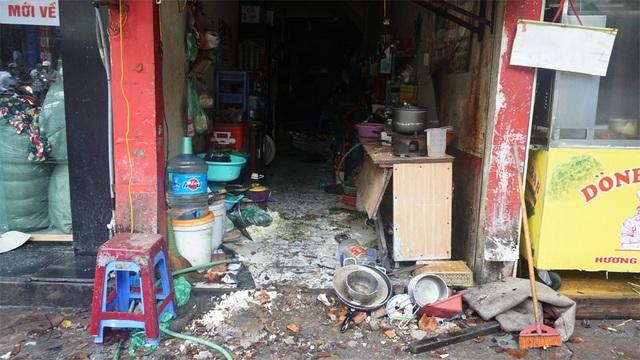 Hiện trường đổ nát bên trong những ngôi nhà cháy mặt đường Đê La Thành.