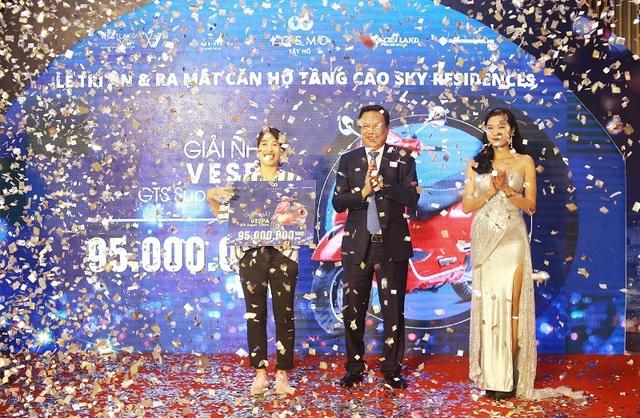 Khách hàng may mắn nhận được giải Nhất 01 xe Vespa GTS Super 125CC trị giá 95 triệu đồng