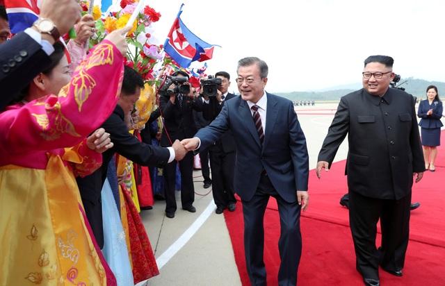 Người dân Triều Tiên nhiệt liệt đón chào Tổng thống Hàn Quốc tới thăm Bình Nhưỡng. (Ảnh: Reuters)