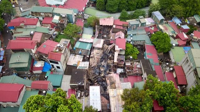 Hỏa hoạn bùng phát lúc khoảng 18h tối 17/9, lan nhanh sang nhiều nhà bên cạnh trên đường Đê La Thành. Sau khi lửa được dập tắt trong tối 17/9, tới sáng nay, nhiều ngôi nhà đã bị thiêu rụi, ngổn ngang vật liệu cháy đen.