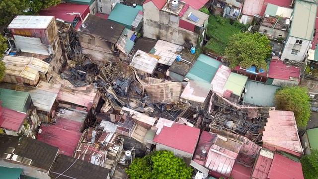 Những ngôi nhà bị cháy nằm lọt thỏm giữa khu dân cư đông đúc.