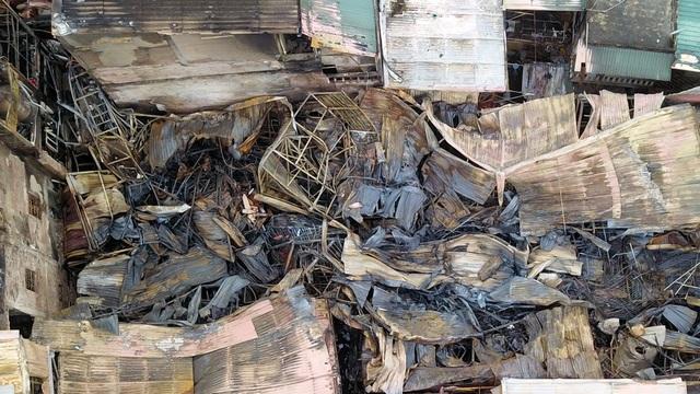 Người dân trong khu vực cho biết, vào thời điểm xảy ra đám cháy, họ nghe thấy một số tiếng nổ lớn, kèm theo ngọn lửa và khói đen bốc cao hàng chục mét.