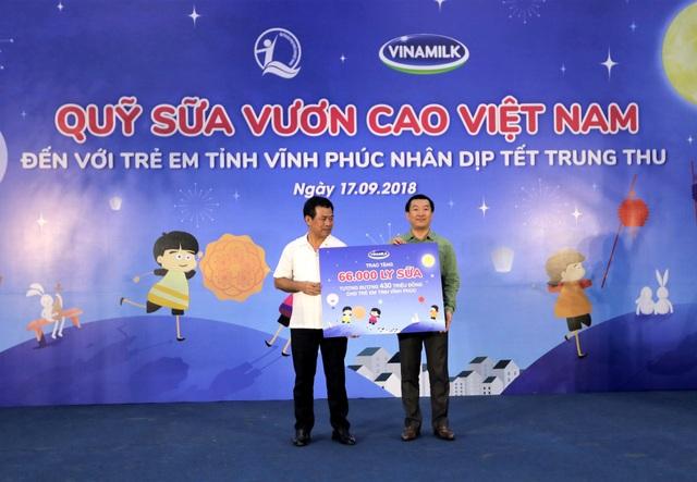 ông Đỗ Thanh Tuấn - Giám đốc Đối Ngoại Vinamilk trao bảng tượng trưng 66.000 ly sữa cho đại diện tỉnh Vĩnh Phúc
