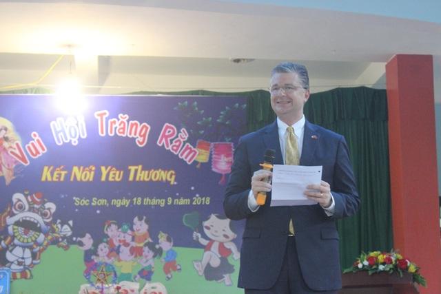 Đại sứ Daniel Kritenbrink đã tổ chức lễ mừng Tết Trung thu với các trẻ em trong trường. Đại sứ chia sẻ ông rất vui vì đây là lần đầu tiên ông đón Tết Trung thu ở Việt Nam tại một ngôi trường đặc biệt.