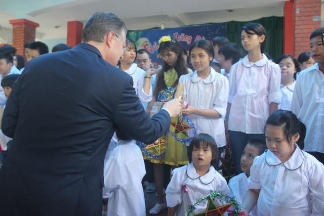 Đại sứ Kritenbrin đã phát quà cho các em nhỏ. Ông cho biết Tết Trung thu là dịp đặc biệt để tôn vinh trẻ em và sự kiện ngày hôm nay là hoạt động đầu tiên dành cho trẻ em Việt Nam kể từ khi ông nhậm chức đại sứ Mỹ tại Việt Nam.