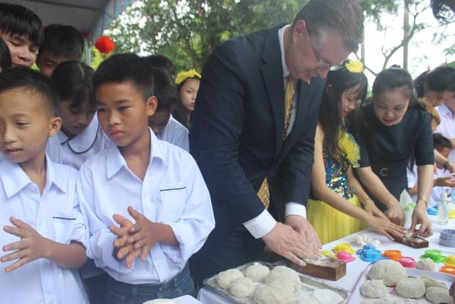 Đại sứ Kritenbrin cũng tham gia làm bánh trung thu với các em nhỏ. Ông Kritenbrin tự tay nặn bánh, đổ vào khuôn và trò chuyện với các em.