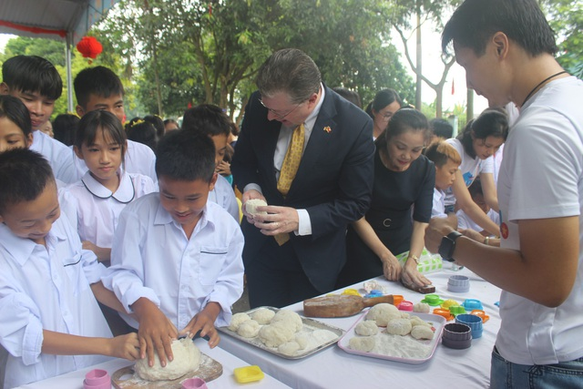 """""""Tôi thích múa lân, tôi thích làm bánh trung thu. Tôi rất vui khi được tham gia các hoạt động đó"""", Đại sứ Kritenbrin nói."""