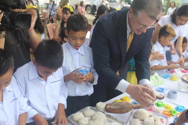 """""""Tôi đến đây để thể hiện sự trân trọng của mình với văn hóa Việt Nam và cũng muốn gửi gắm tình yêu thương của mình với trẻ em Việt Nam nhân dịp Tết Trung thu"""", Đại sứ Mỹ tại Việt Nam chia sẻ."""
