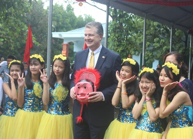 Đại sứ Mỹ nói rằng khi cùng các em tham gia Tết Trung thu, ông cũng nghĩ về một thế giới của sự vui vẻ, của lòng tốt và đây là những điều truyền cảm hứng rất lớn cho ông.