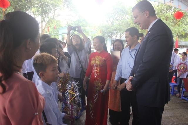 Đại sứ Mỹ tại Việt Nam Daniel Kritenbrink chiều nay 18/9 đã tới thăm Trường Nuôi dưỡng và Giáo dục Trẻ em Khuyết tật tại huyện Sóc Sơn, Hà Nội. Đại sứ Kritenbrink đã có dịp gặp mặt và trò chuyện thân mật với các học sinh trong trường.