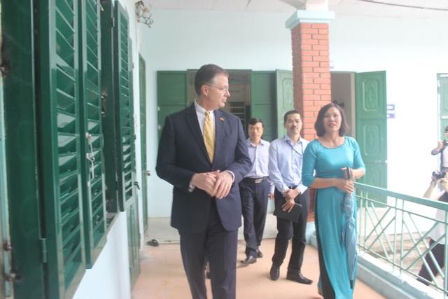"""Đại sứ Kritenbrin đã tham quan ngôi trường đặc biệt dành cho các trẻ em khuyết tật tại Sóc Sơn để tìm hiểu về cuộc sống sinh hoạt và học tập của các em. Ông khẳng định """"không có gì quan trọng bằng việc chăm sóc và nuôi dưỡng trẻ em""""."""