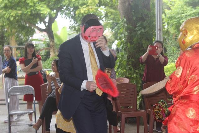 Trong vai Ông Địa, Đại sứ Kritenbrin vui vẻ giao lưu với các em nhỏ Việt Nam.