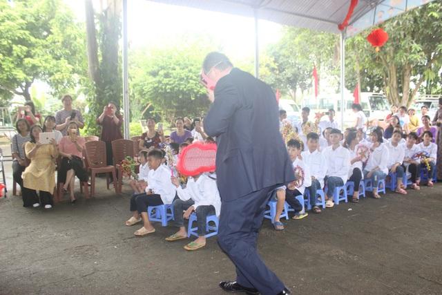 Phần trình diễn ngẫu hứng của Đại sứ Mỹ đã mang lại nhiều niềm vui và tiếng cười cho các em học sinh.
