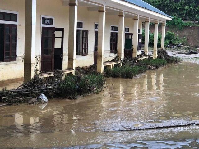 Sân trường ngập hơn 1m vào ban đêm, sáng nay nước đã rút để lại bùn đất