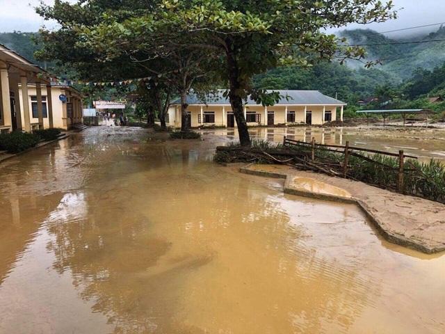 Sáng nay toàn bộ các em học sinh trường Phổ thông Dân tộc Bán trú THCS Yên Tĩnh và điểm trường Pa Tý (Tiểu học) bị ngập hơn 1,5m buộc phải nghỉ học.