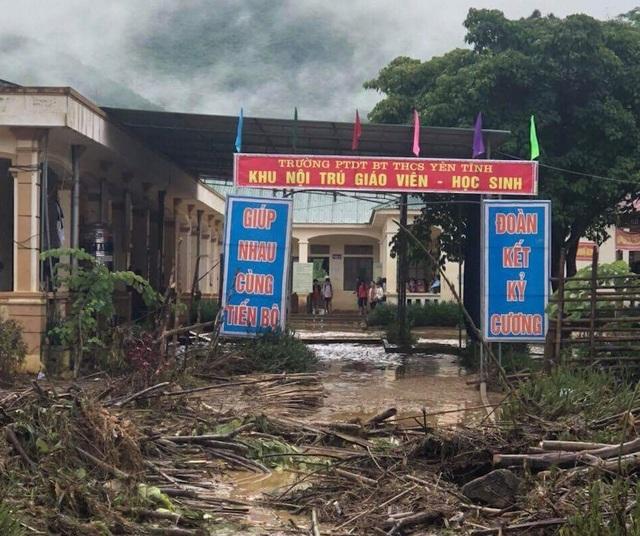 Khu nội trú dành cho giáo viên, học sinh Trường Phổ thông Dân tộc Bán trú THCS Yên Tĩnh ngập trong biển rác sau khi lũ quét đi qua.