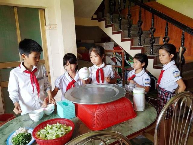 Các em học sinh phụ giúp mẹ Nguyên chuẩn bị bữa ăn.