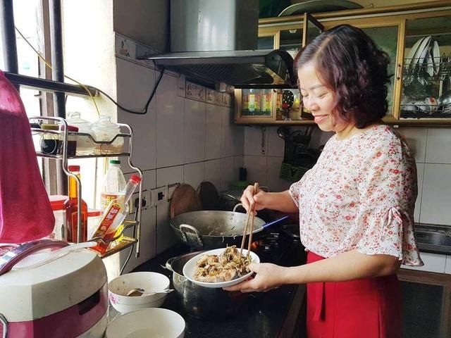 Cô giáo Nguyên chuẩn bị bữa cơm trưa cho các em học sinh nghèo.