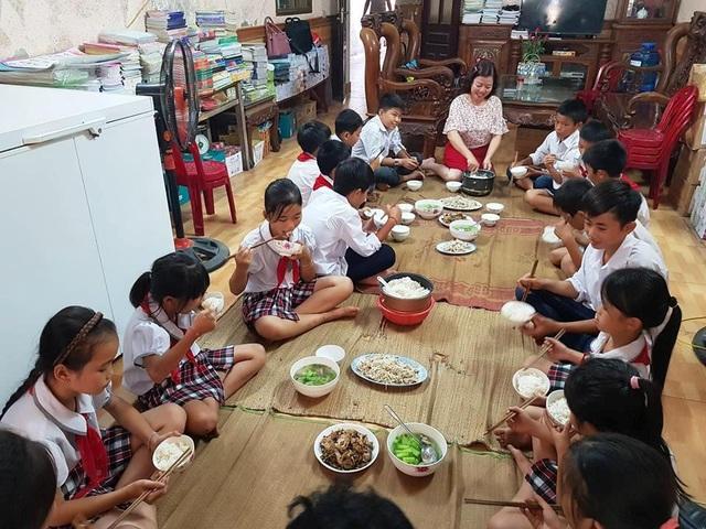 Nhà cô Nguyên luôn đầy ắn tiếng cười khi mỗi buổi trưa có hàng chục học sinh đến ăn cơm.