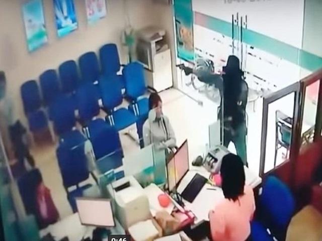 Camera ghi lại hình ảnh vụ cướp ngân hàng tại Tiền Giang.