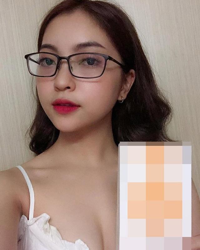 Nhật Lê cùng với Quỳnh Anh (bạn gái cầu thủ Duy Mạnh) từng được dân mạng khen ngợi hết lời vì cách ứng xử khéo léo, thông minh với fan của bạn trai.