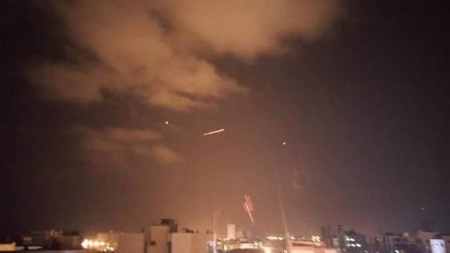 Hàng loạt tên lửa nhằm vào Latakia tối 17/9. (Ảnh: Twitter)