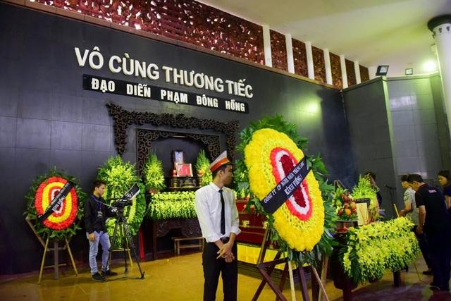 Nghệ sĩ nghẹn ngào tiễn biệt đạo diễn Phạm Đông Hồng - 1