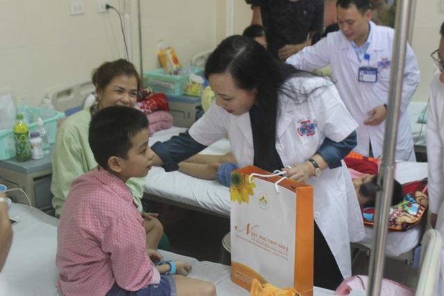 Bộ trưởng Y tế trao quà Trung thu cho bệnh nhân ung thư - 1