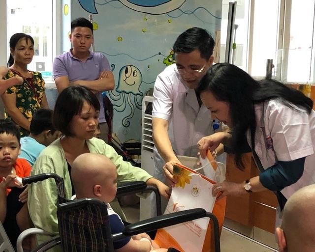 Bộ trưởng Y tế trao quà Trung thu cho bệnh nhân ung thư - 3