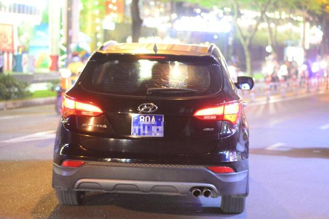 Chiếc xe biển số xanh chở công an rời khỏi nhà ông Tín lúc 20h tối 18/9