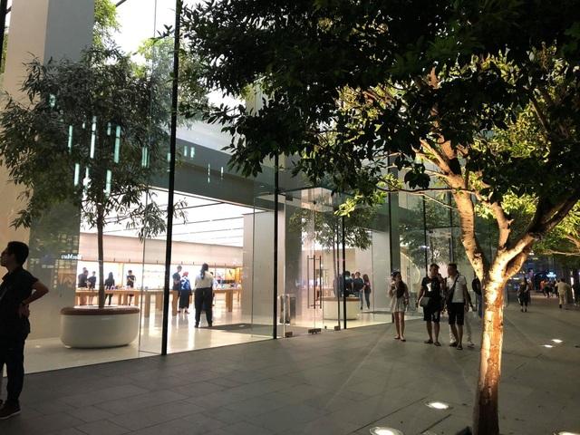 Dân buôn Việt ùn ùn kéo sang Singapore chờ xếp hàng mua iPhone mới - 4